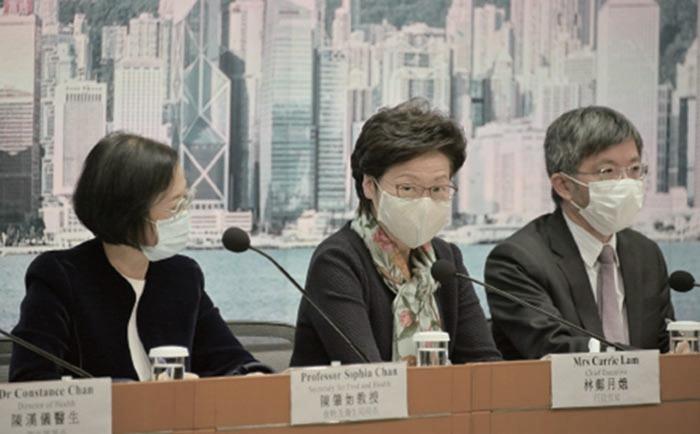 政府昨日召開記者宣佈收緊多項防疫措施,包括限聚令收緊至兩人。又會研究將現時的定額罰款改為倍增,及設立舉報違規行為熱線。(郭威利/大紀元)