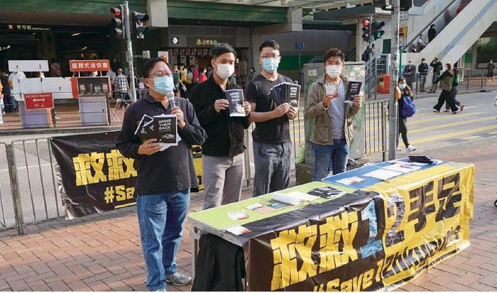 葵青民主派區議會議員昨日擺設街站,呼籲香港市民寫聖誕心意卡給12港人及其家屬,為他們打氣。(余鋼/大紀元)