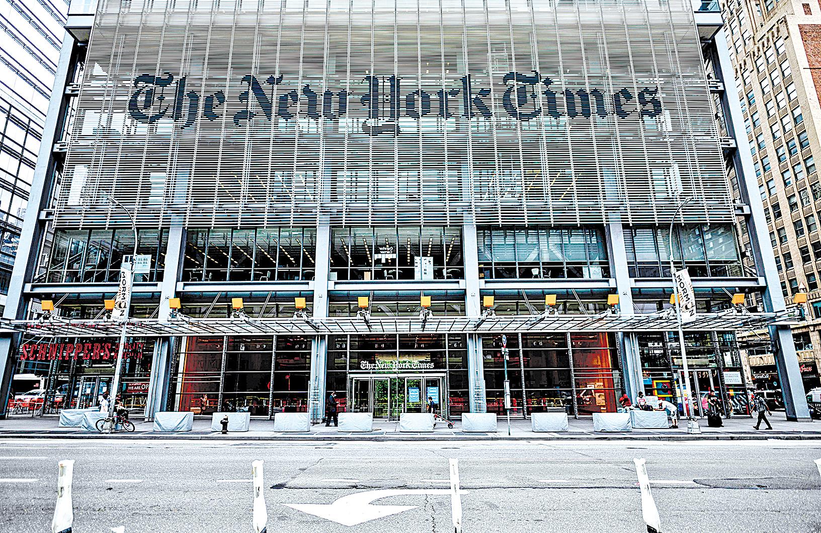 《紐約時報》近日刊登專文攻擊《大紀元時報》,引發各界關注。有許多網友除了留言力挺《大紀元》堅持報道真相、值得信賴,也批評《紐時》立場親共,竟墮落到與中共官媒立場相同。圖為紐約時報大廈。(Johannes Eisele/AFP via Getty Images)