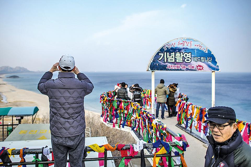 在展望台上眺望北韓。