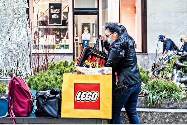 11月27日,紐約一名顧客在整理購買的物品。(Getty Images)