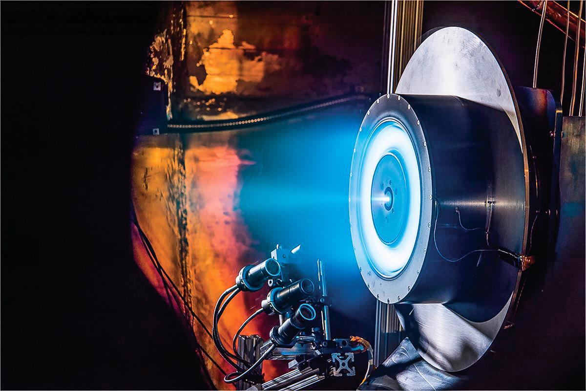 NASA 新型引擎不採用燃燒化學燃料的方式,當其近距離飛掠太陽時借其引力彈射,再利用太陽的熱力讓飛船引擎內的氫氣膨脹從一個噴口噴出以提供推力。(NASA)