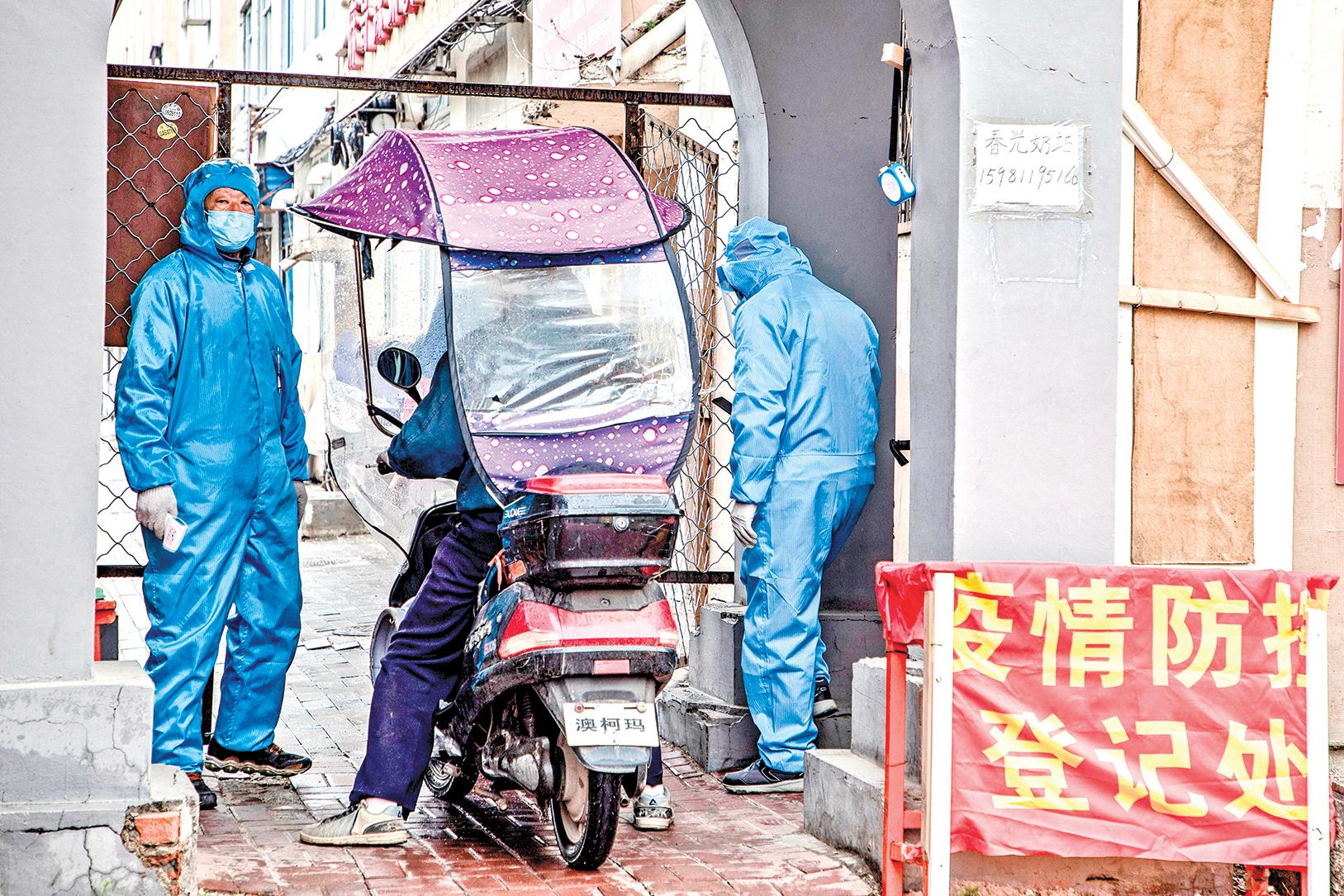 近來,上海、天津、內蒙古等地中共病毒(武漢肺炎)本土疫情再起。圖為5月22日吉林某社區登記身份。(STR/AFP via Getty Images)