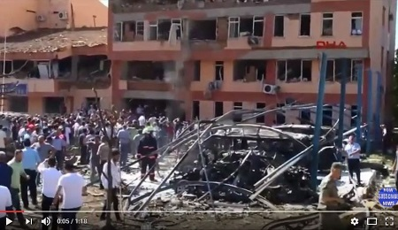 8月18日,土耳其東部艾拉齊市和萬恩市的警察局相繼遭到汽車炸彈襲擊,爆炸威力驚人,造成6人死亡,至少219人受傷,並摧毀了警方大樓。(YouTube視像擷圖)