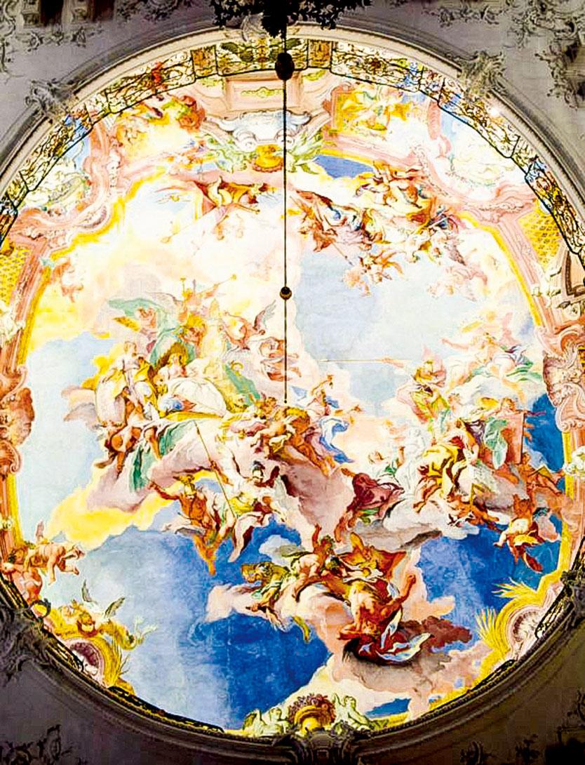由卡洛·卡洛恩(Carlo Carlone)繪製的主階梯天花板壁畫。使用的錯視畫法(trompe-l'oeil),讓人有天花板是一座圓頂的錯覺。(英文大紀元)