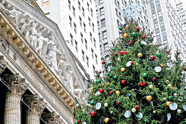 11月30日,紐約證券交易所前放置了一棵巨大的聖誕樹。(Getty Images)