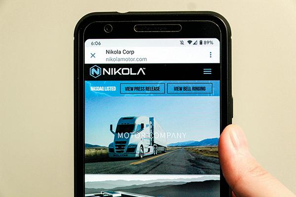 一部手機裏顯示的尼古拉汽車網頁。(Shutterstock)