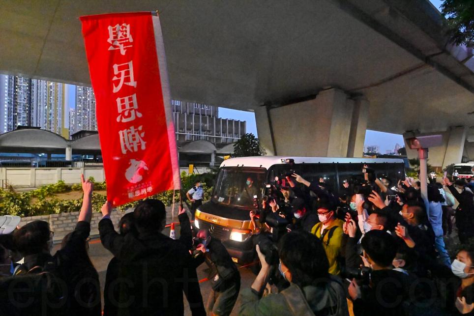 前香港眾志秘書長黃之鋒、主席林朗彥及成員周庭今日(12月2日)在西九龍裁判法院被判刑,大批市民在囚車經過的路邊聲援,包括前「學民思潮」成員。(宋碧龍/大紀元)