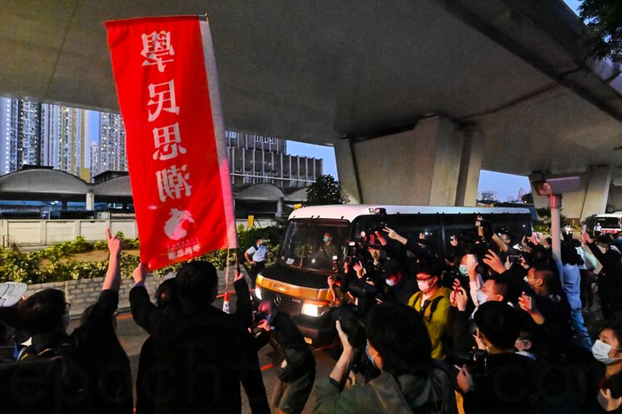 前香港眾志黃之鋒等三人被判刑 數百市民沿路聲援