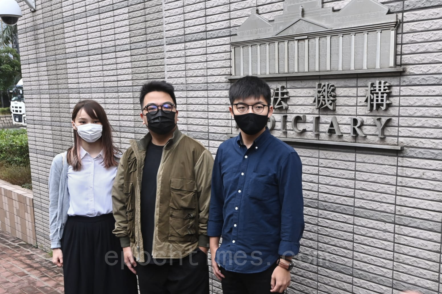 11月23日周庭、林朗彥、黃之鋒(從左到右)在西九龍裁判法院上庭前合影。(宋碧龍/大紀元)