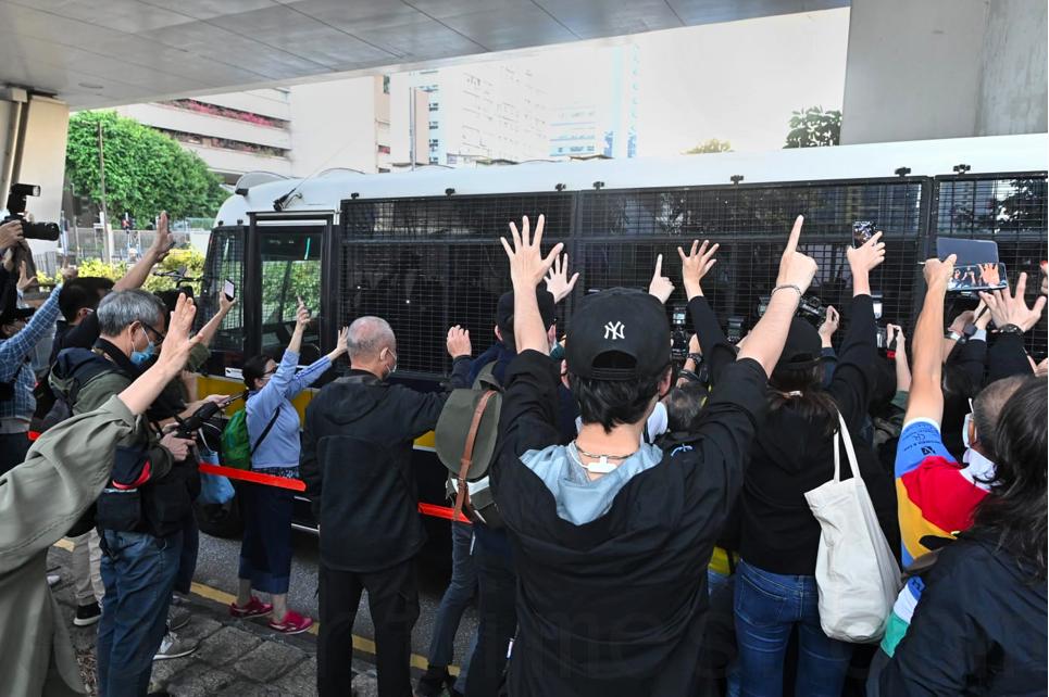 市民在囚車前聲援。(宋碧龍/大紀元)