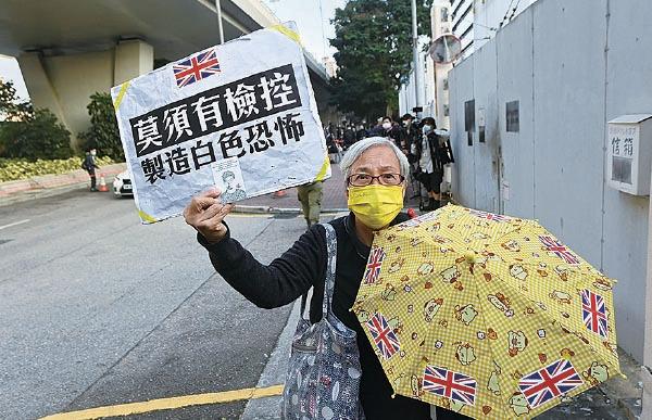 社運人士王婆婆在法庭外聲援,她對越來越多年輕人被判刑入獄,香港原本的自由消失,感到很難過。(宋碧龍/大紀元)
