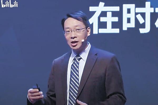 翟東升在總部位於上海的「觀視頻工作室」11月28日的直播中(電視截圖)
