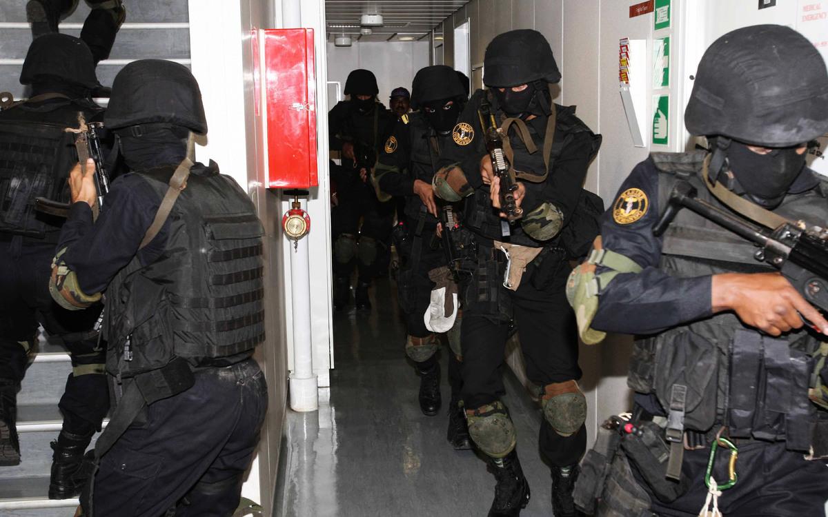 2010年11月24日,印度海軍突擊隊馬科斯在海上安全演習。該隊的退訓率高達九成以上,為印度最強特種兵,須有潛水、野戰、高地和雪地作戰技巧。(Indian Navy/wiki)