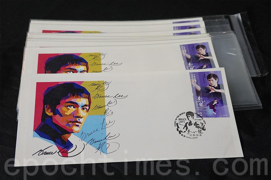 匯集李小龍在不同場合簽名的明信片。(曾蓮/大紀元)