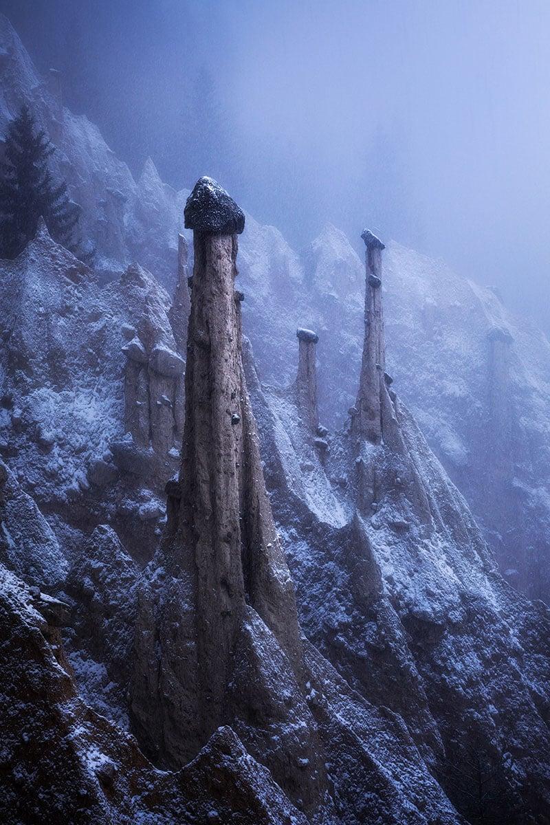 Kelvin克服冬季封路、惡劣天氣的困難,獲獎作品「Alien Landscape」拍攝於意大利多洛米蒂山脈。(受訪者提供)