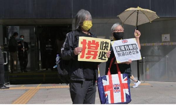 社民連副主席梁國雄和社運人士王婆婆在庭外聲援譚得志。(郭威利/大紀元)