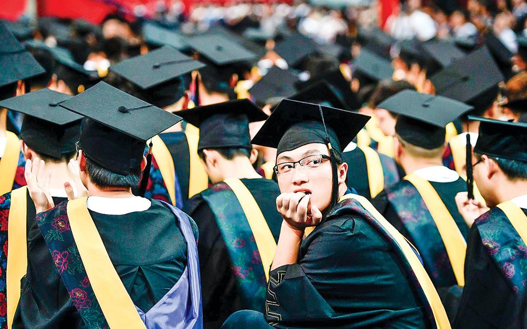 當中國90後原本應該在校園裏的莘莘學子,成了「卡奴」甚至「負翁」,這是一個比貧窮更嚴重的社會問題。(STR/AFP/Getty Images)