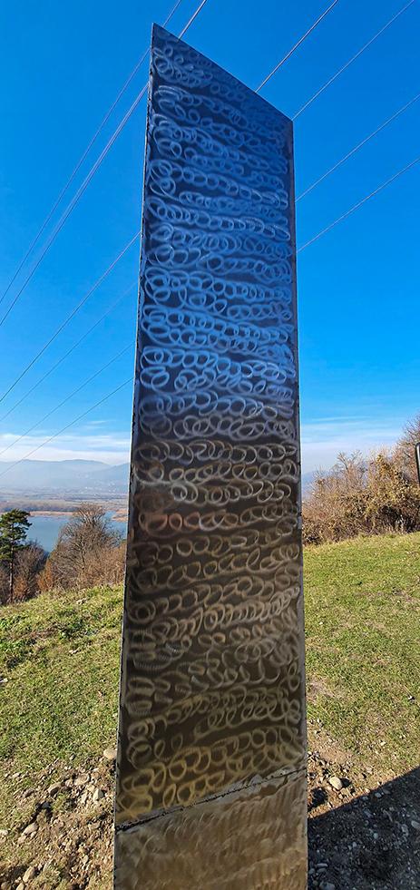 繼美國後 羅馬尼亞也有金屬柱子先出現再消失