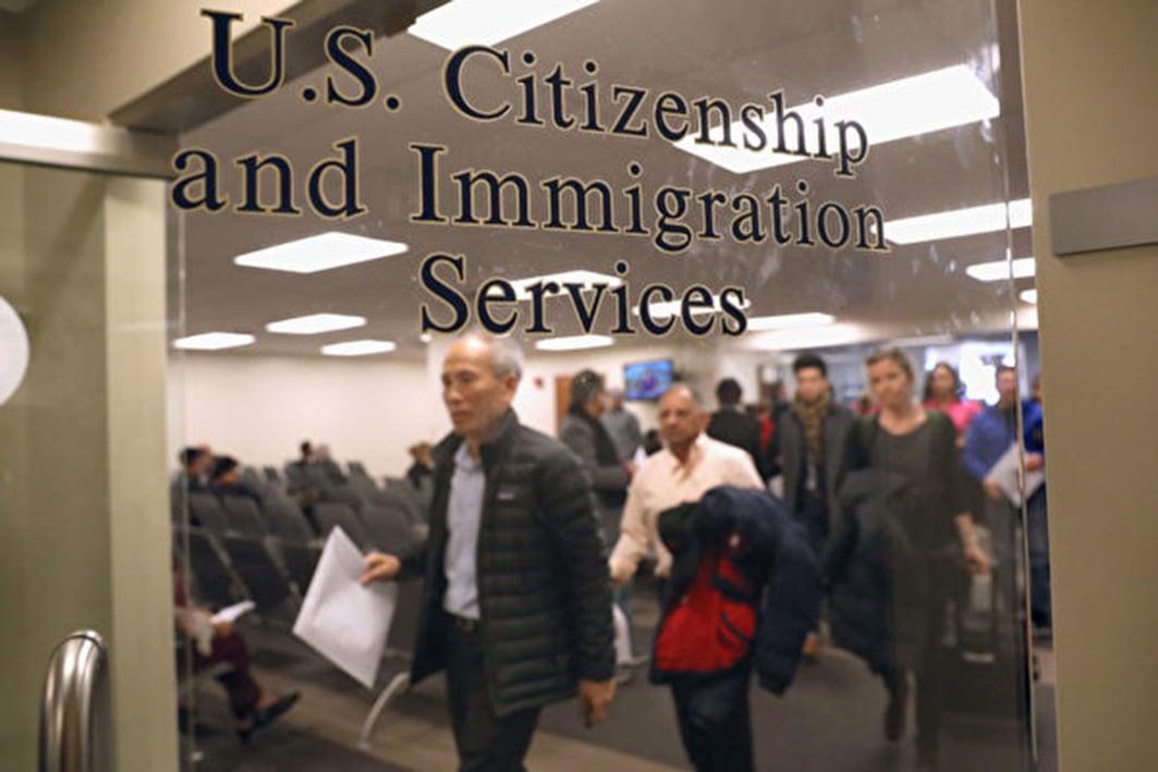 外媒稱,美國限制中共黨員赴美旅遊簽證,最長有效期為單月單次入境。圖為美國公民與移民服務局。(John Moore/Getty Images)
