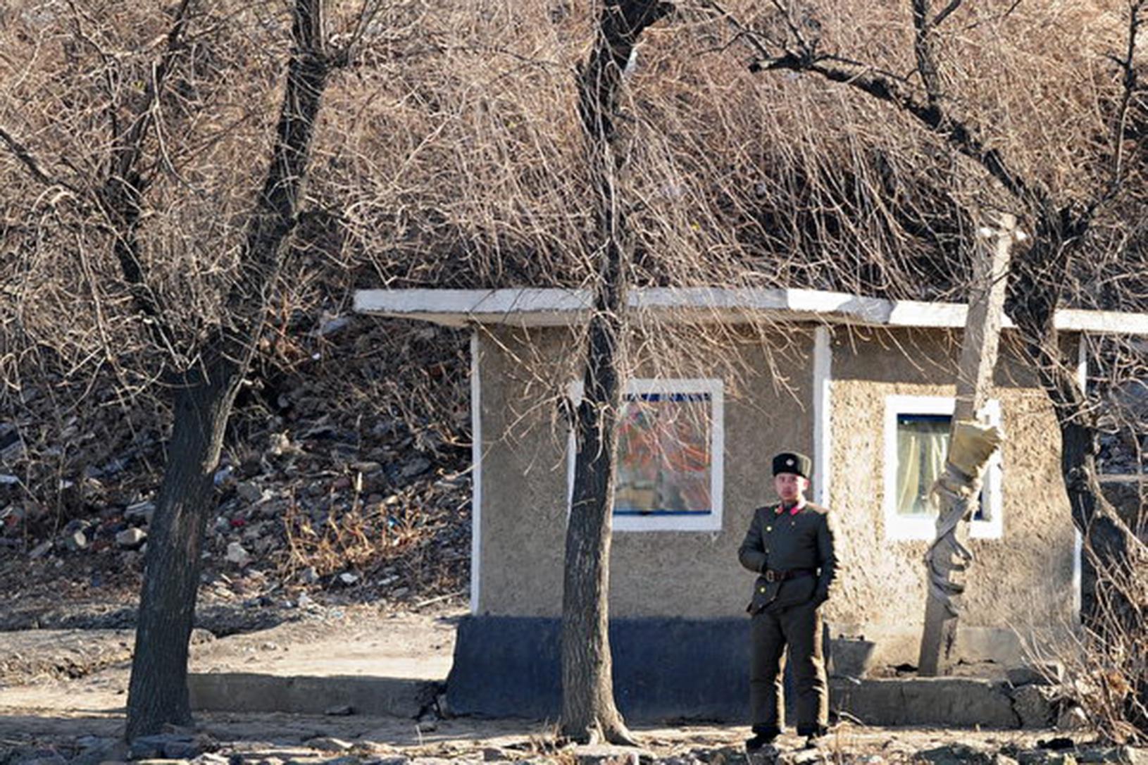 近日大紀元獲得的內部文件,曝光中共處理2018年北韓4.22翻車事故的內幕。圖為2010年11月25日,北韓新義州鴨綠江畔一個崗哨的士兵。(FREDERIC J. BROWN/AFP/Getty Images)