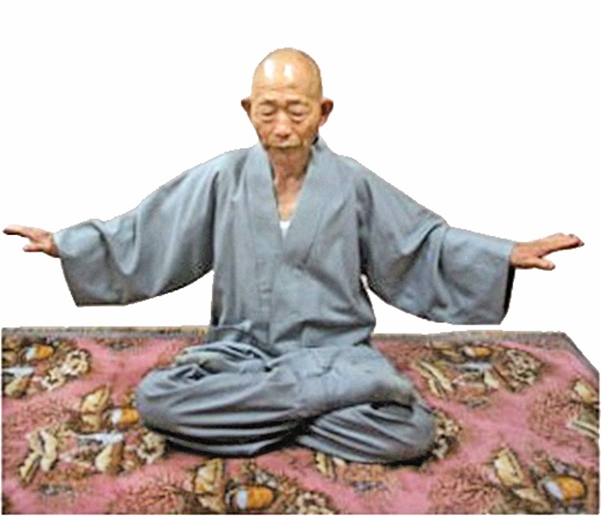 韓國僧人吳永圭正在煉法輪功第五套功法──神通加持法。(明慧網)