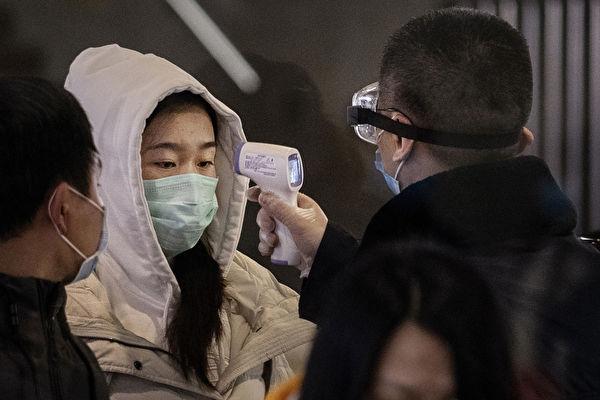 香港截至4日凌晨零時,新增112宗確診個案,4名確診者曾觀看張敬軒演唱會,限聚令罰款12月11日增至5000元。(Kevin Frayer/Getty Image)
