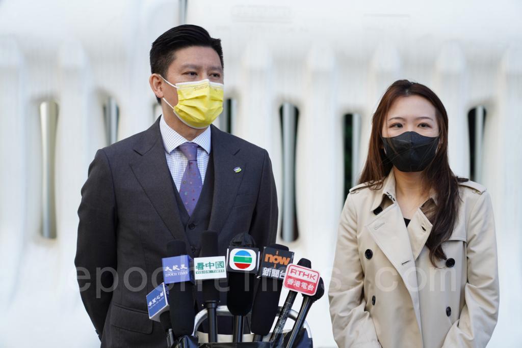 香港公民黨12月4日於立法會添美道入口外會見傳媒,舉行首次例行記者會,回應議會內外時政。(余鋼/大紀元)