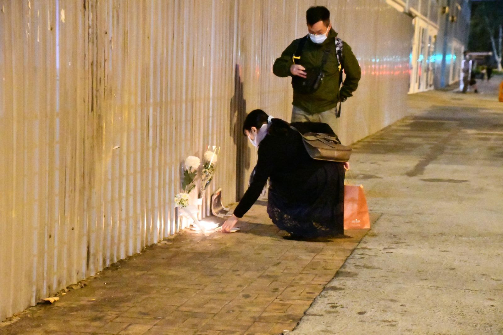 晚上有街坊到尚十現場拜祭悼念周梓樂。(攝影:Big Mack/大紀元)