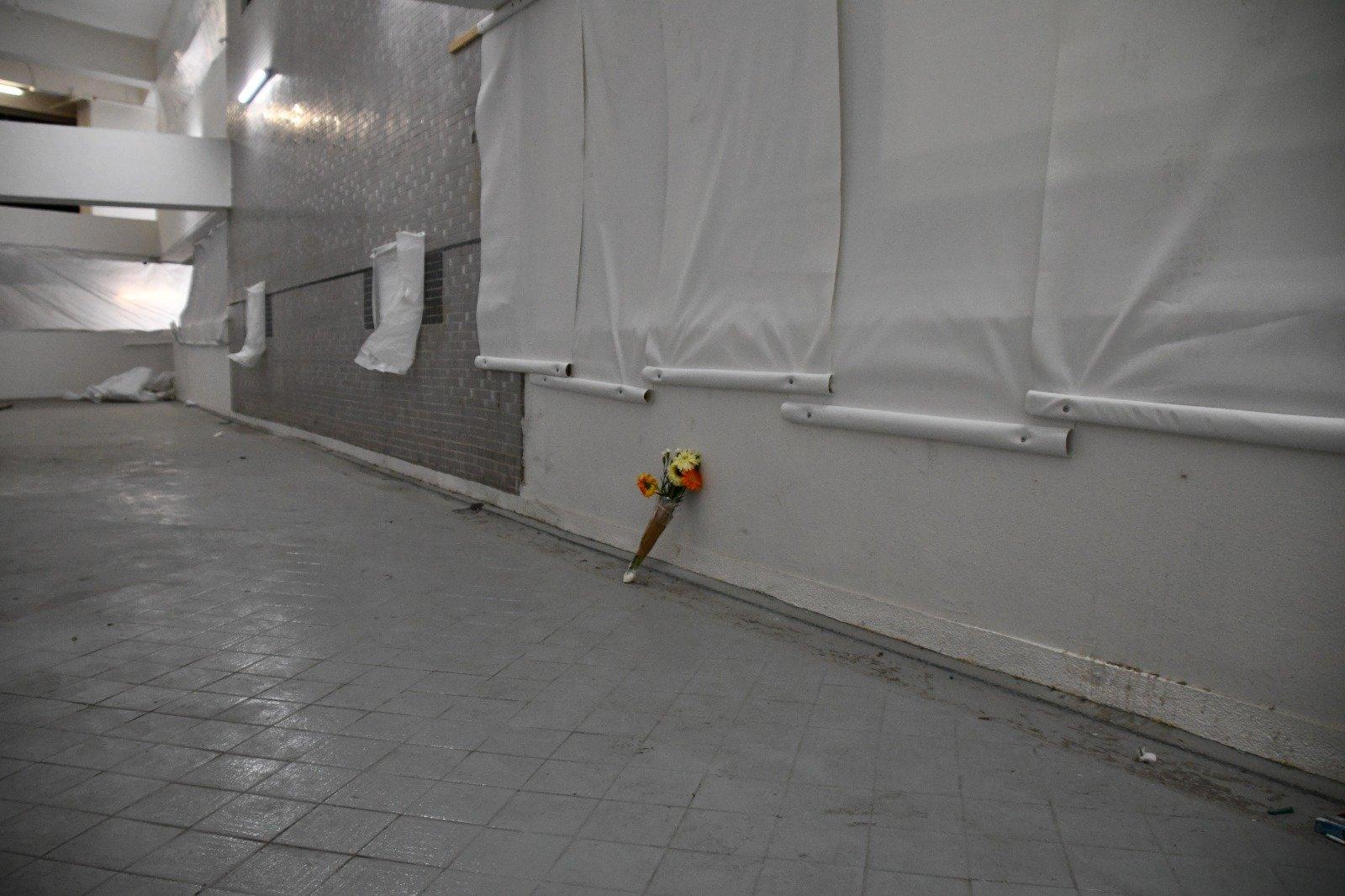 尚德停車場二樓周梓樂墮樓位置,有市民擺放鮮花悼念。(攝影:Big Mack/大紀元)