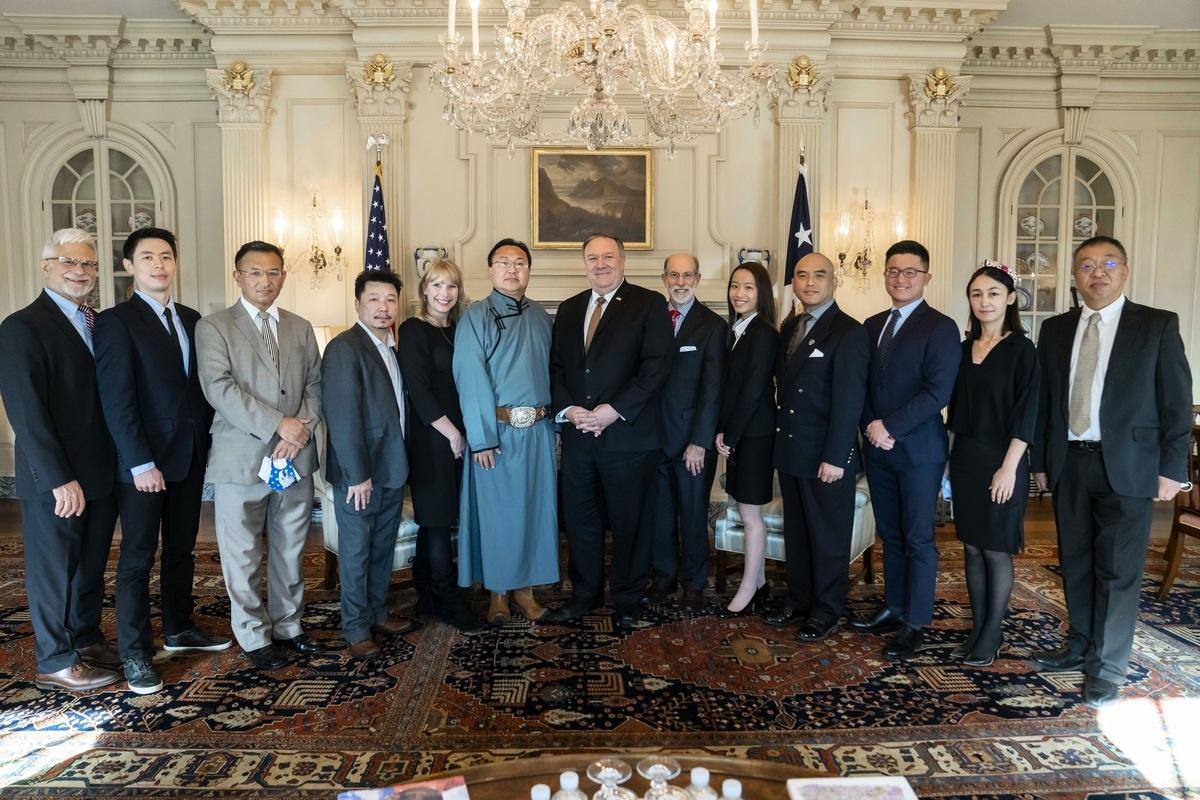 12月3日下午,美國國務卿蓬佩奧在國務院與多個遭受中共嚴重迫害的團體代表會面。與會人員(由左至右):人權助卿德斯特羅、哈薩克斯坦的Gani Stambekov,西藏人代表Tenzin Sampho、Dede Laugesen、南蒙古代表 Sugariab Hotala 和Enghebatu Togochog、國務卿蓬佩奧、Frank Gaffney、Joyce Mag Ho、法輪功華府代表林曉旭、Se Hong Kim、新疆人代表Kalbinur Gheni、余茂春。(圖片由法輪功學員林曉旭提供)