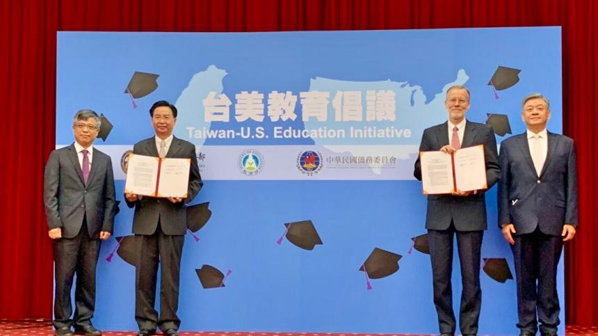 「台美教育倡議」3日在台北舉辦啓動儀式,外交部長吳釗燮(左二)、美國在台協會(AIT)處長酈英傑(右二)致詞。(美國在台協會)