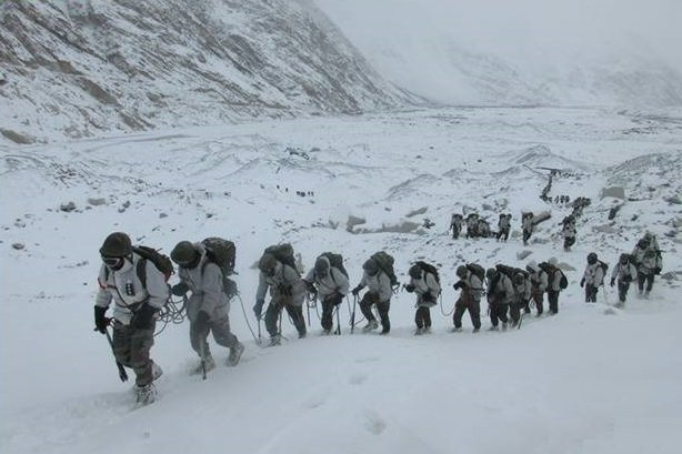 印度陸軍部隊11月23日在雪中跋涉。(Twitter / @ adgpi)