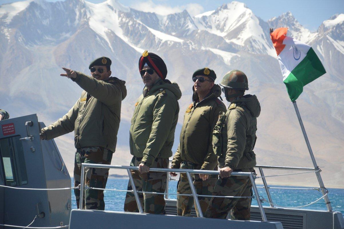 2019年9月,現任北方陸軍司吉希中將與當時的北方陸軍司令蘭比爾·辛格中將在班公錯湖上巡邏。(Indian Army)