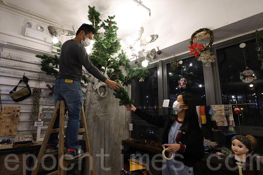 情侶二人連夜裝扮聖誕樹。(陳仲明/大紀元)