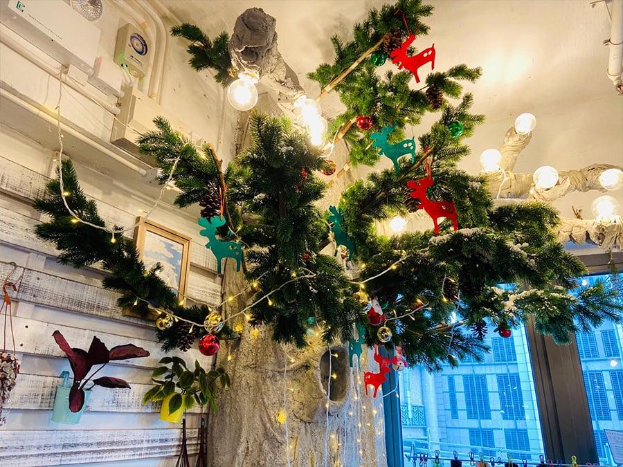 完成裝扮的聖誕樹,希望為客人帶來欣喜。(受訪者提供)
