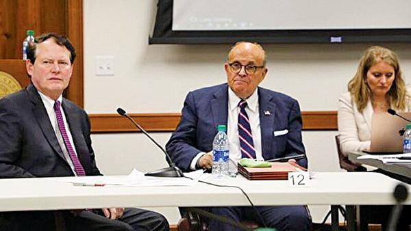 12月3日,特朗普律師朱利亞尼(中)參加了佐治亞州舉辦的選舉聽證會。(林樂予/大紀元)