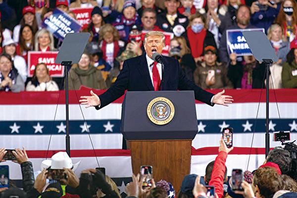 美國時間周六(12月5日)傍晚,美國總統特朗普及其夫人梅拉尼婭特朗普到佐治亞州參加「捍衛參院多數」集會,並發表演講。圖為特朗普總統演講。(林樂予/大紀元)
