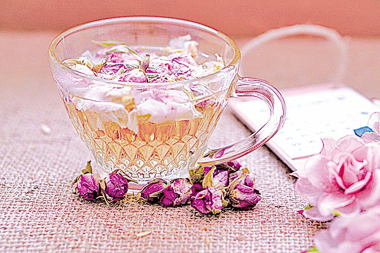 玫瑰花茶最好選擇整顆玫瑰花苞來沖泡,香味會比玫瑰花瓣更濃郁。