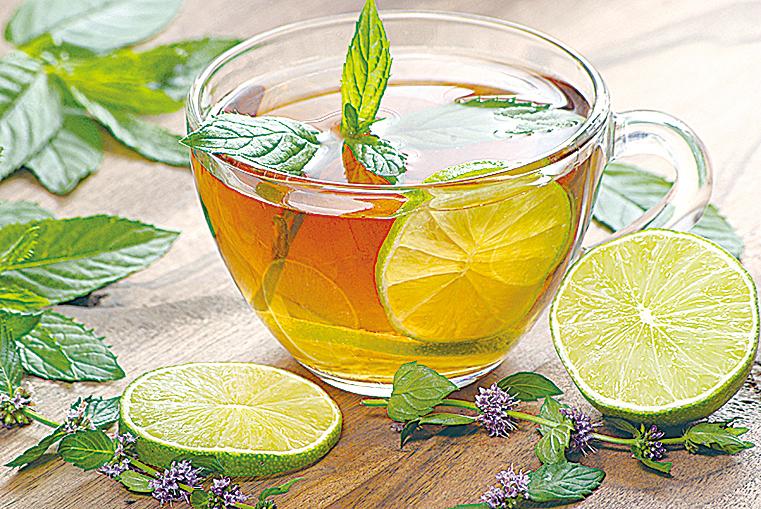 歐薄荷或迷迭香花草茶可在早晨喝,開啟活力。