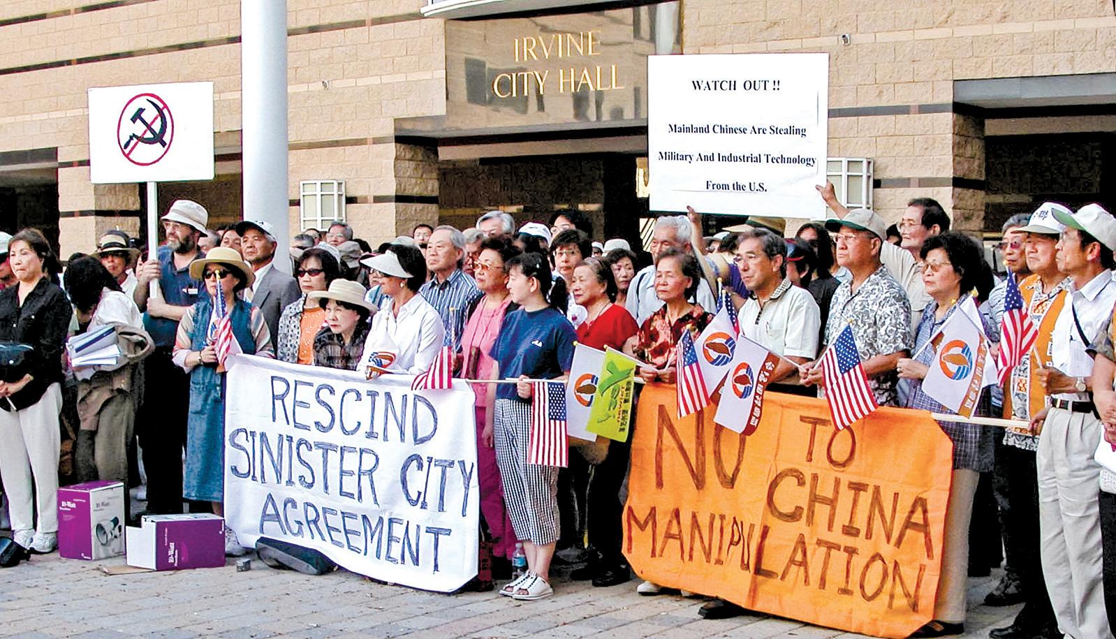 2006年美國加州橙縣爾灣市與大陸上海徐匯區簽署了姐妹市,其合約中有:遵照中共一方主張,簽署一份承諾「一個中國」原則。為此,6月27日,近400位旅居南加州的台灣移民,在市政府廣場舉行了抗議活動。(袁玫∕大紀元)