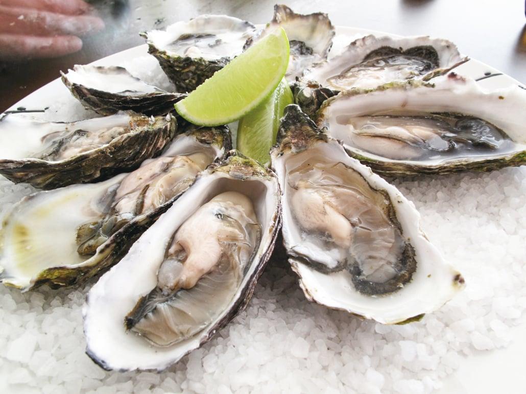 流浮山一家海鮮酒家懷疑出現中毒個案,多人在進食了鮑魚、生蠔及焗蟹,約12至24小時後出現肚瀉、腹痛及發燒等食物中毒病徵。(維基百科)