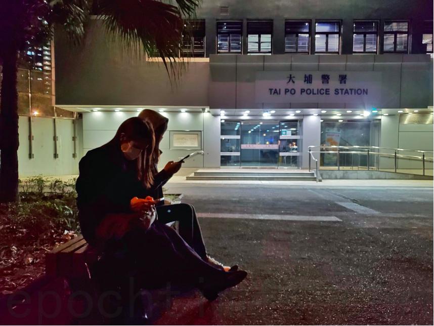 12月7日夜晚,大埔警署外,灣仔區議會主席楊雪盈準備送飯給被關押的人。(宋碧龍/大紀元)