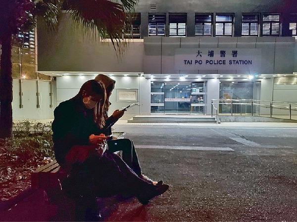 灣仔區議會主席楊雪盈晚上到大埔警署,為被捕人士送飯。(宋碧龍/大紀元)
