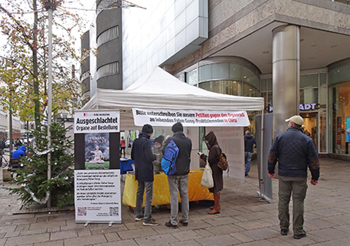2020年12月5日,部份法輪功學員在德國威斯巴登舉辦講真相活動。(余平/大紀元)