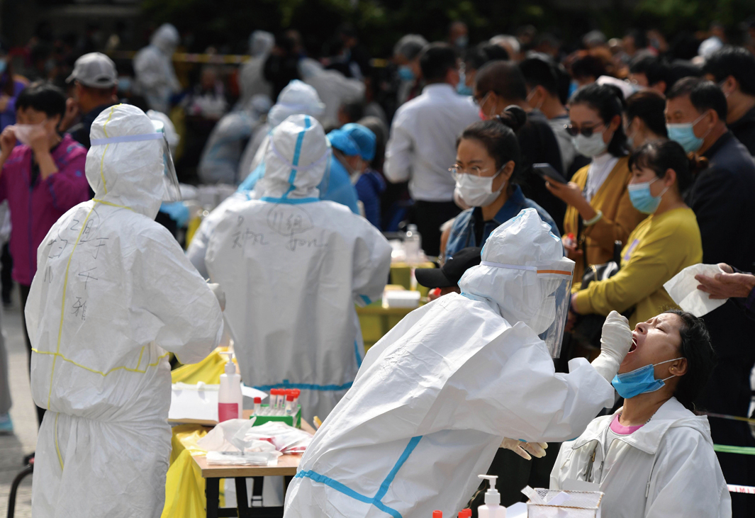圖為10月13日青島某檢測點現場。(STR/AFP via Getty Images)