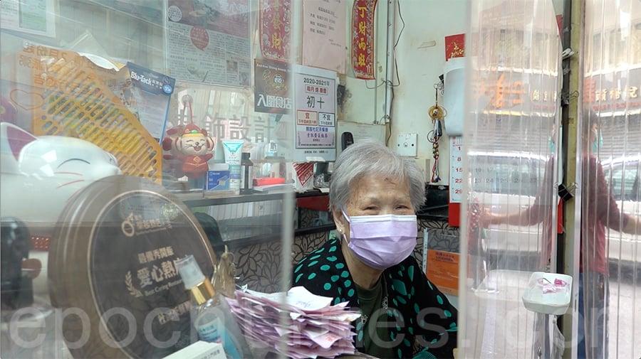 每天一大早,現年八十多歲的杜媽媽,就在餐廳櫃位收銀,笑盈盈地接待每一位到訪的客人。(曾蓮/大紀元)