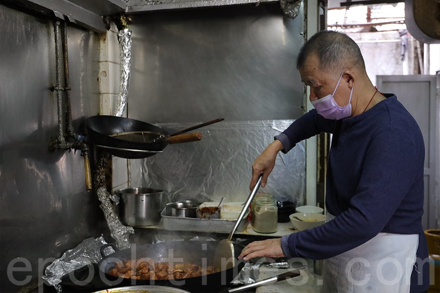 財哥認為豬肉是盆菜的「靈魂」,從盆菜的製作過程也能看出財哥一絲不苟的態度。(陳仲明/大紀元)