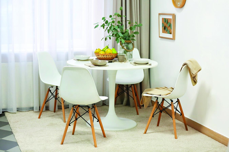 小圓桌放在房屋一角就能當用餐區了。