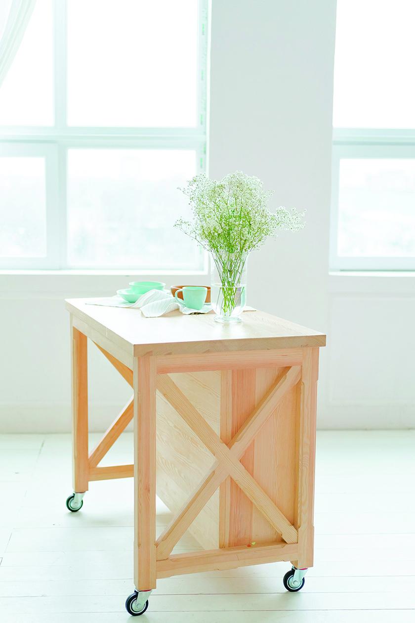 可移動的簡易木製廚房中島拿來當餐桌也沒問題。